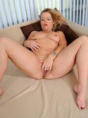 The gash of ash-blonde milf Kelly Leigh..