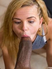 Alina West disfruta de una verga enorme..