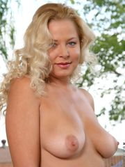 Jaw-dropping 40 year  blondie Jacy..