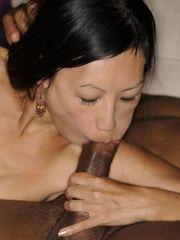 Asiática da una mamada interracial -..