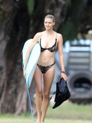 kelly-rohrbach-wearing-a-bikini-in-hawa..