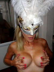 Platinum-blonde inexperienced shows off..
