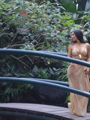 Kim Kardashian Baliaposyi bikinisiyle..