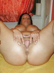 Big donk mature mummy opens her vulva..