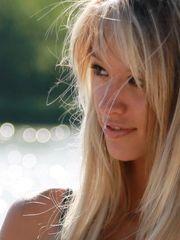 девушка блондинка..