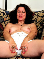Insatiable mummy Gianna opening up her..
