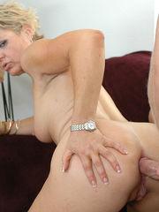 Madurita Kelly Leigh en un ass fucking..